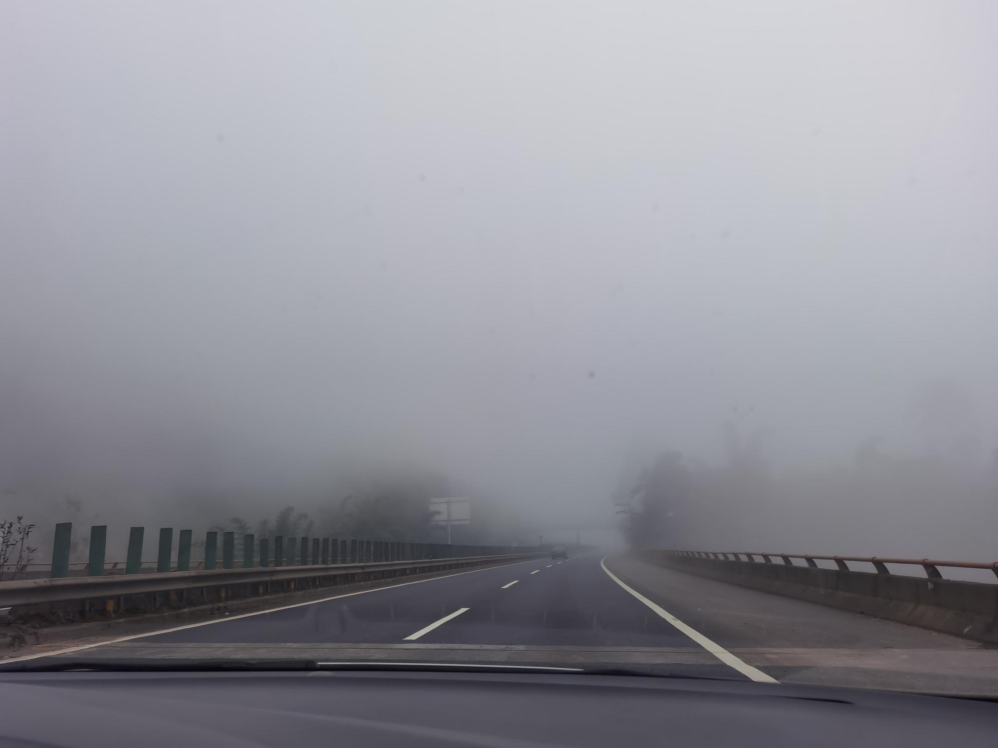 四川高速交警发布大雾天气交通管制 内江多个收费站关闭
