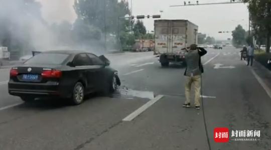 路遇车辆起火 成都环卫工急中生智用高压清洗车灭火