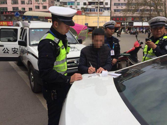 男子酒驾无牌摩托车送女朋友上班 遇检查撞倒交警后被抓