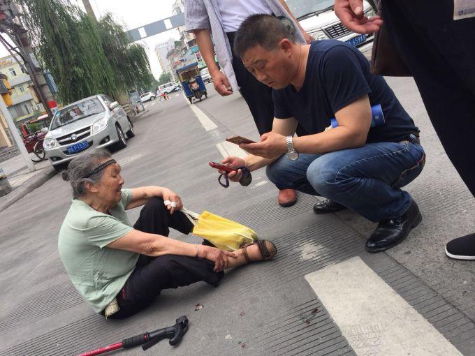 成都89岁老奶奶大路中间摔倒被救 硬要找到救人胖娃