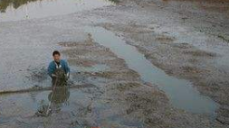 鱼钩勾住脚趾 广州男子下水抓鱼被困河中