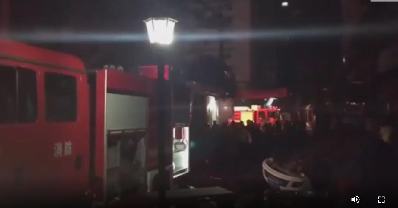 """自贡一小区起火私家车挡路 群众合力抬开""""拦路虎"""""""
