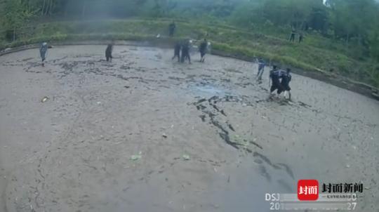 5分钟泥塘大战 乐山8名警员制服持刀男子