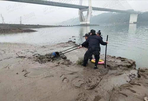 泸州一男子江边钓鱼陷淤泥 挣扎两小时终被民警解救上岸