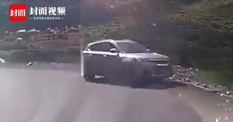 女游客自驾川西坠江 死者家属:儿媳有驾照 但平时不怎么开车