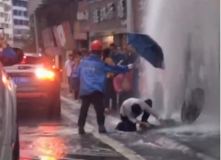 巴中一消防栓被撞断水柱冲天 白衣男子跪地抢修获赞