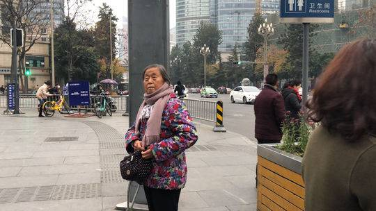 寻找成都好人:送拐杖婆婆乘地铁赶火车的好心人你在哪?