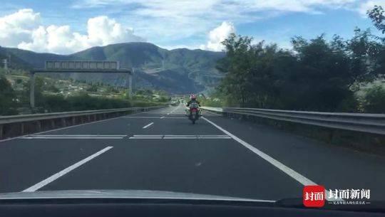 跟着导航走错了男子骑摩托上雅西高速 交警将其护送出收费站