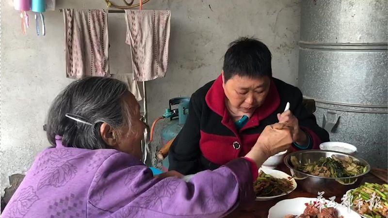 成都82岁婆婆照顾瘫痪儿媳 家人陪伴是福不是负担