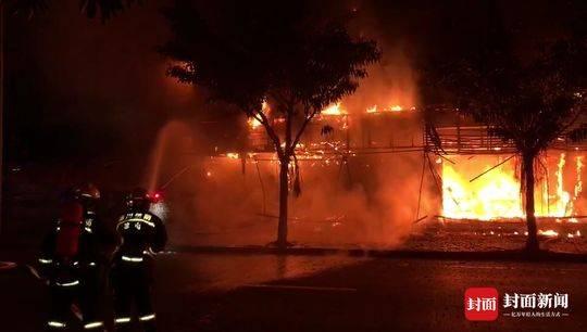 西昌餐馆发生火灾 消防救出1人紧急转移11个煤气罐