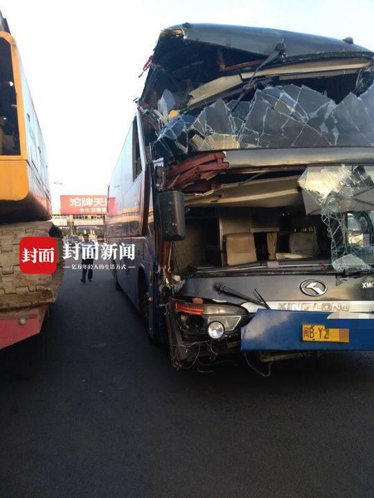 大客车车头严重损毁 高速上跑近千公里 路人纷纷拍照留影