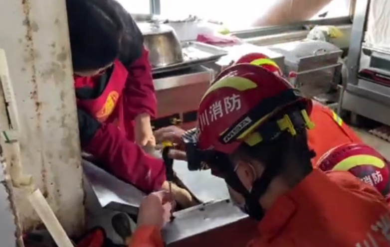 一女子手被卡在压面机 南充消防5分钟成功救援
