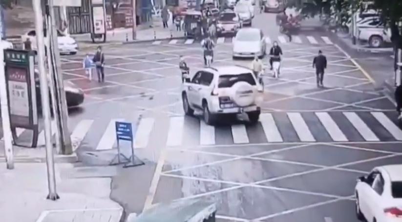 乐山男童被卷入车底 市民合力抬车救人