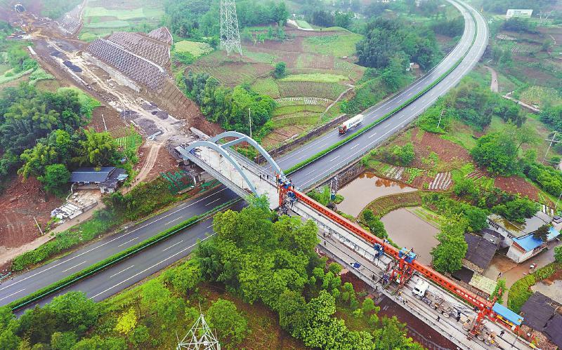 川藏铁路成雅段进入轨道铺设阶段 预计年底建成通车