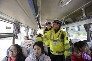 核载19人实载45人 四川胆大司机一路捡人被判拘役3个月