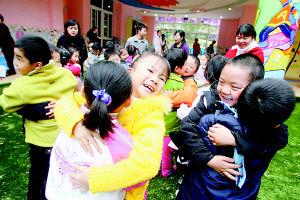 幼儿园小朋友亲亲抱抱正常么 专家:合理引导 别过度责备