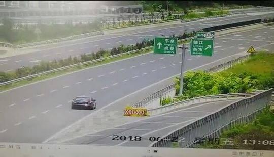 高速路逆行倒车被电子眼全程拍下 川A老司机驾照被扣爆