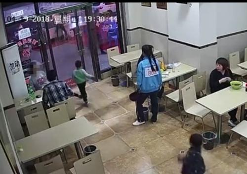 陕西宝鸡孕妇故意伸腿绊倒小孩 警方:双方达成谅解