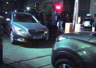 邻里闹纠纷 德阳一男子酒后驾车堵了小区大门