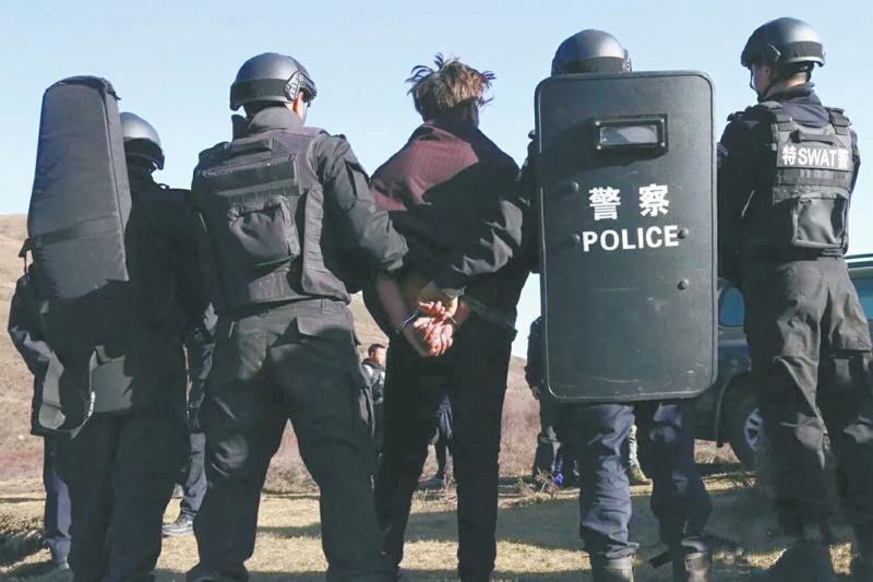 阿坝警方武装围捕不怕阎王的人 事后一句活着真好打动人心