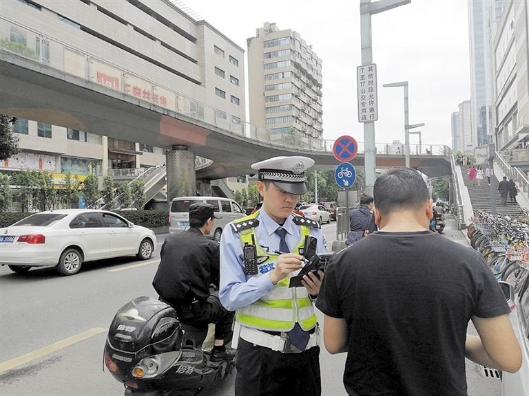 交警对违反禁令标志的网约车司机进行处罚
