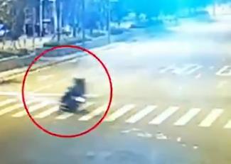无牌、醉驾还超员 雅安一摩托车撞上花台致4人伤