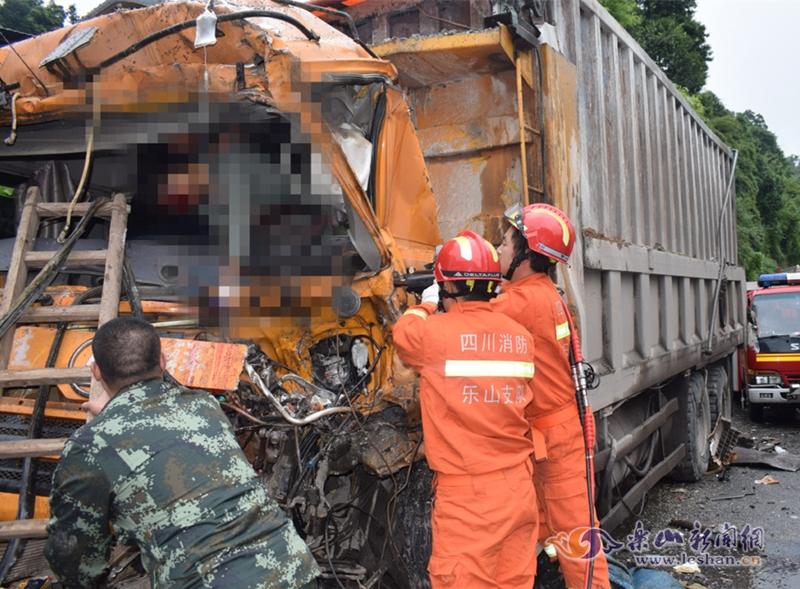 乐山沐川发生一起车祸 两货车相撞1人被困