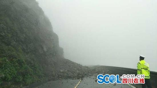 泸定、雅江境内多条国省道路因塌方和泥石流中断