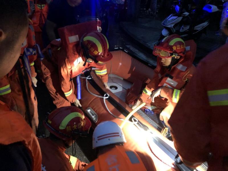 视频丨直击四川冕宁暴雨 消防队员手挽手救出被困村民