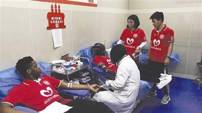 """危重患者急需""""熊猫血中的熊猫血""""留学生组团献血"""
