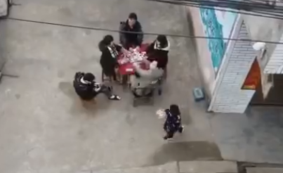 """成都金堂县竹篙镇放大招!用无人机""""吼散""""打麻将人员"""