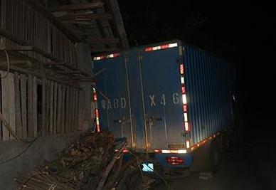 货车半夜倒冲进绵阳农家猪圈 村民吓得碗都掉了
