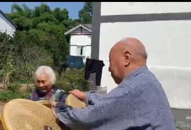 90岁老人拿到驾驶证 想开车带老伴去旅行