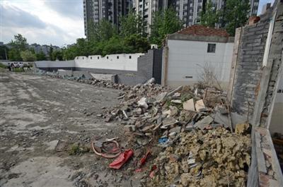 成都一小区空地围挡里竟是建筑垃圾藏身地 已通知业主方