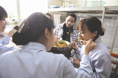 生命垂危被医护人员救回 厨师大叔以自己的方式致谢