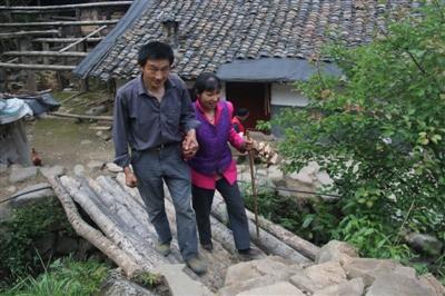 巴中男子用残疾的手为盲妻修了一座小木桥 成了爱的见证