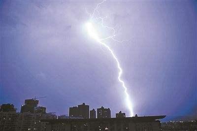 重庆遭雷雨天气袭击 16架飞机备降成都
