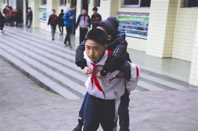 眉山12岁小学生热心照顾肌无力同学 谢谢你!背了我六年