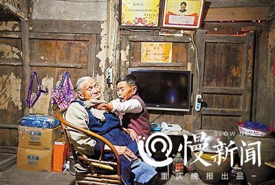 重庆76岁女儿没手脚跪养105岁母亲:自食其力过得很好