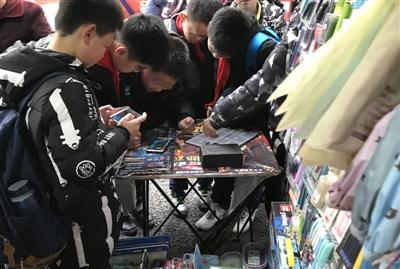 校门口文具店变手机游戏厅 游戏卡代理商提供手机诱导孩子玩游