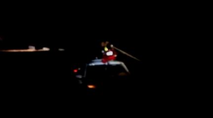 广元一车辆夜里被困山区漫水桥 消防紧急救援
