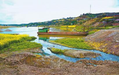 沱江流经资中县境内8个乡镇,督查组近日前往资中县进行监测检查,结果表明,银山镇出境水质已逐步改善。 省环保厅供图