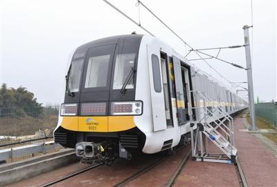 成都地铁9号线全自动无人驾驶列车亮相 驾驶室也能装乘客