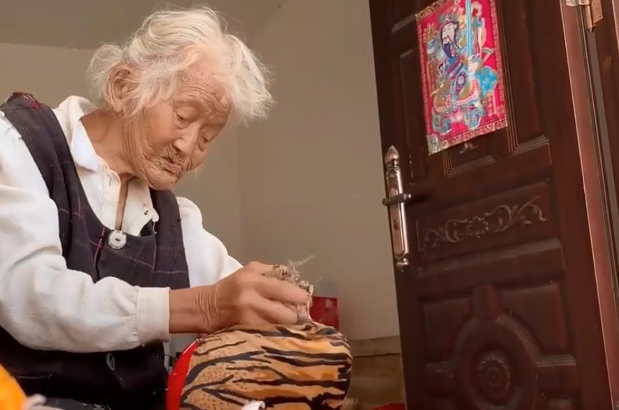 """绵阳95岁励志婆婆 专做""""老虎枕""""卖"""