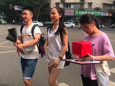 四川高校学生街头义卖玫瑰花 筹款所得捐给山区孩子