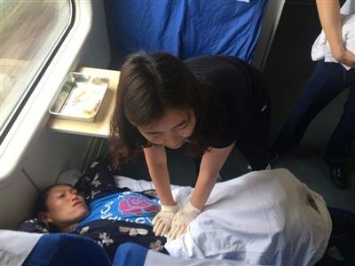 成都至昆明列车上一产妇临盆 上演一场爱心接力大救援