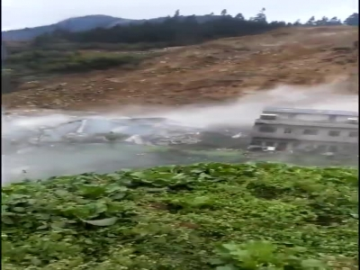视频:四川泸州叙永县分水镇发生山体滑坡 山下几户人家被埋