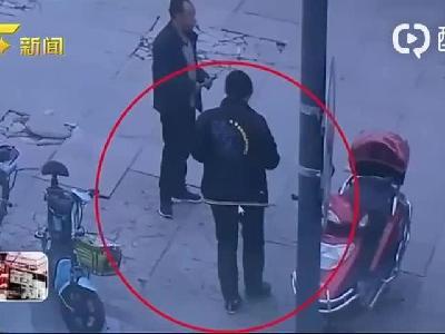 四川成都:电动车被偷当街呼救 过路便衣50秒按倒俩小偷