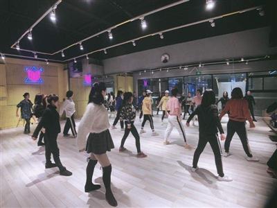 各公司纷纷准备年会舞蹈节目 业务迎高峰成都舞蹈老师火