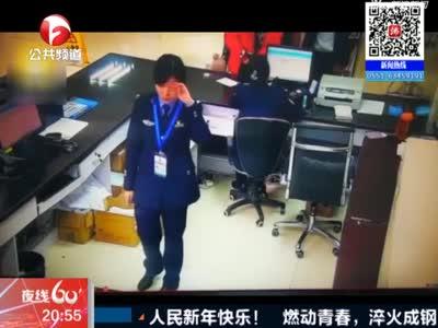 视频丨四川最敬业女警员 抹完泪立即微笑工作
